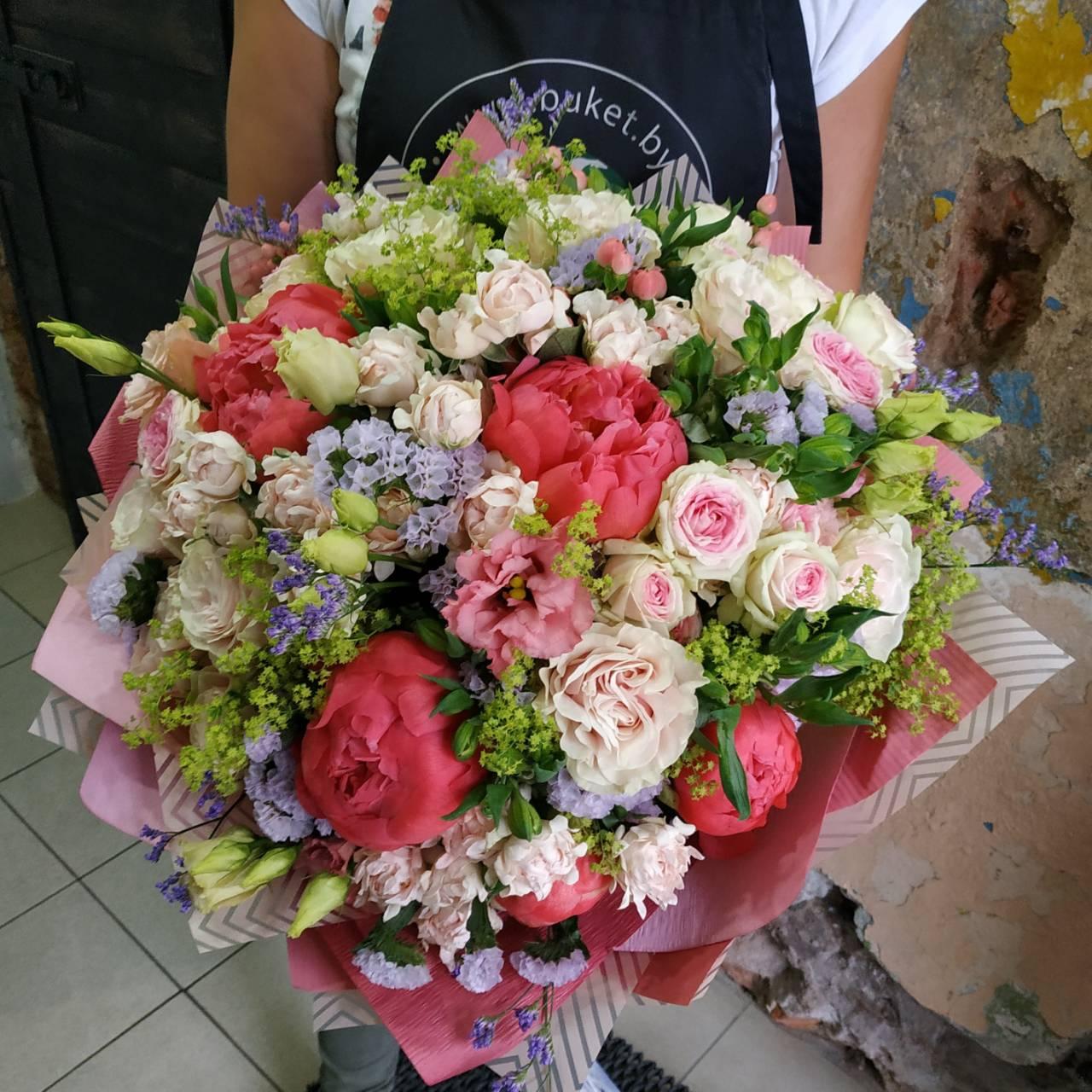 Букет из пионов, кустовой розы, эустомы и статицы