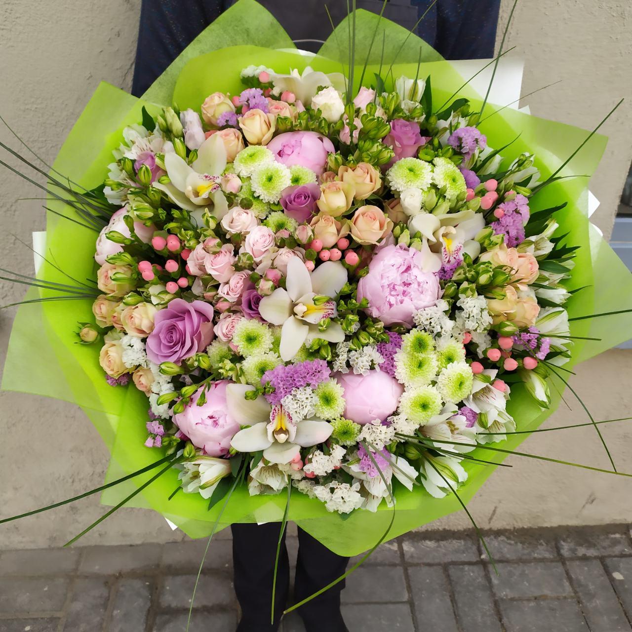 Букет из пионов, цимбидиума, кустовой розы, хризантемы