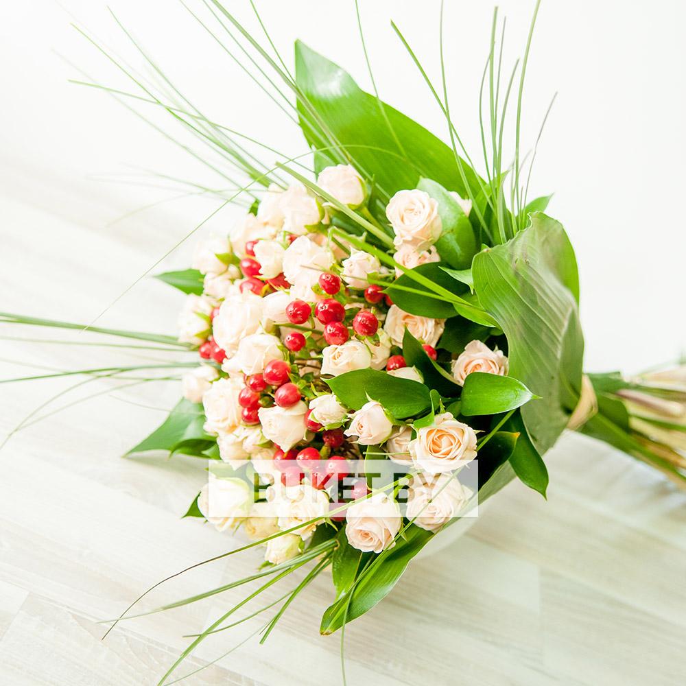 Композиция в коробке из орхидей, роз и фрезий