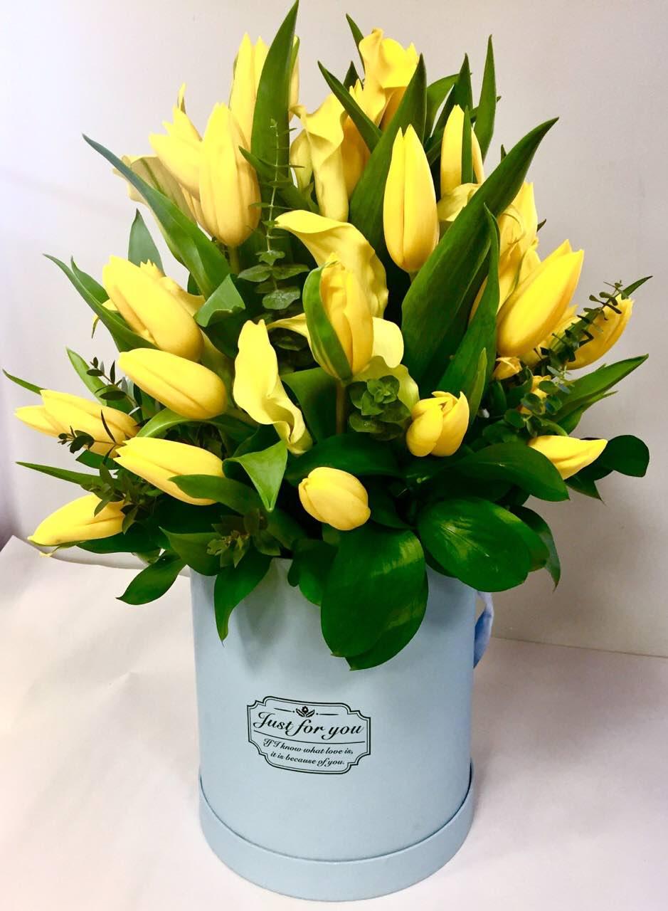 Композиция в коробке из желтых тюльпанов и калл