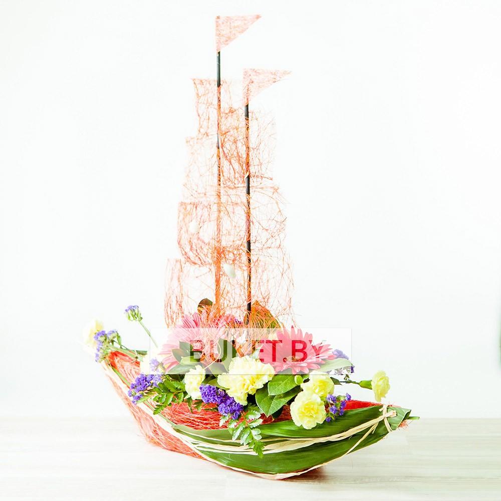 """Композиция """"Корабль"""" с хризатемой, гвоздикой и герберой"""
