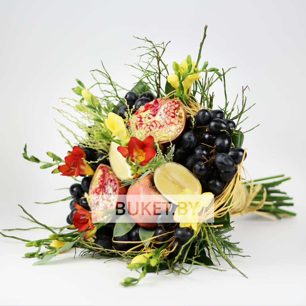 Букет с фрезиями и фруктами