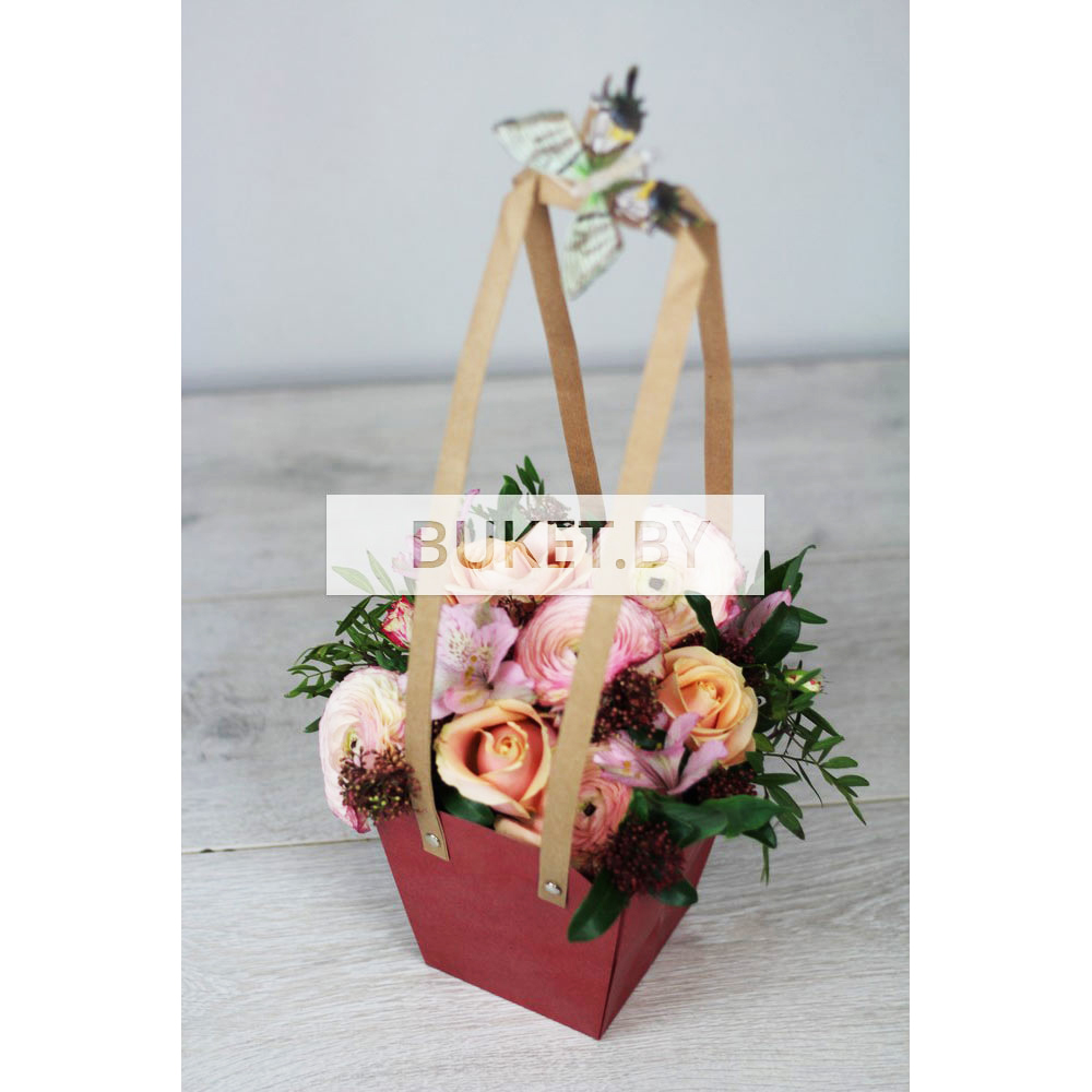 Композиция в сумочке из ранункулюсов и роз с альстромерией и скиммией