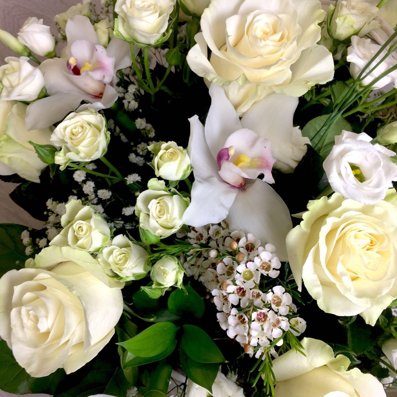 Корзина с белыми розами, орхидеями и эустомой