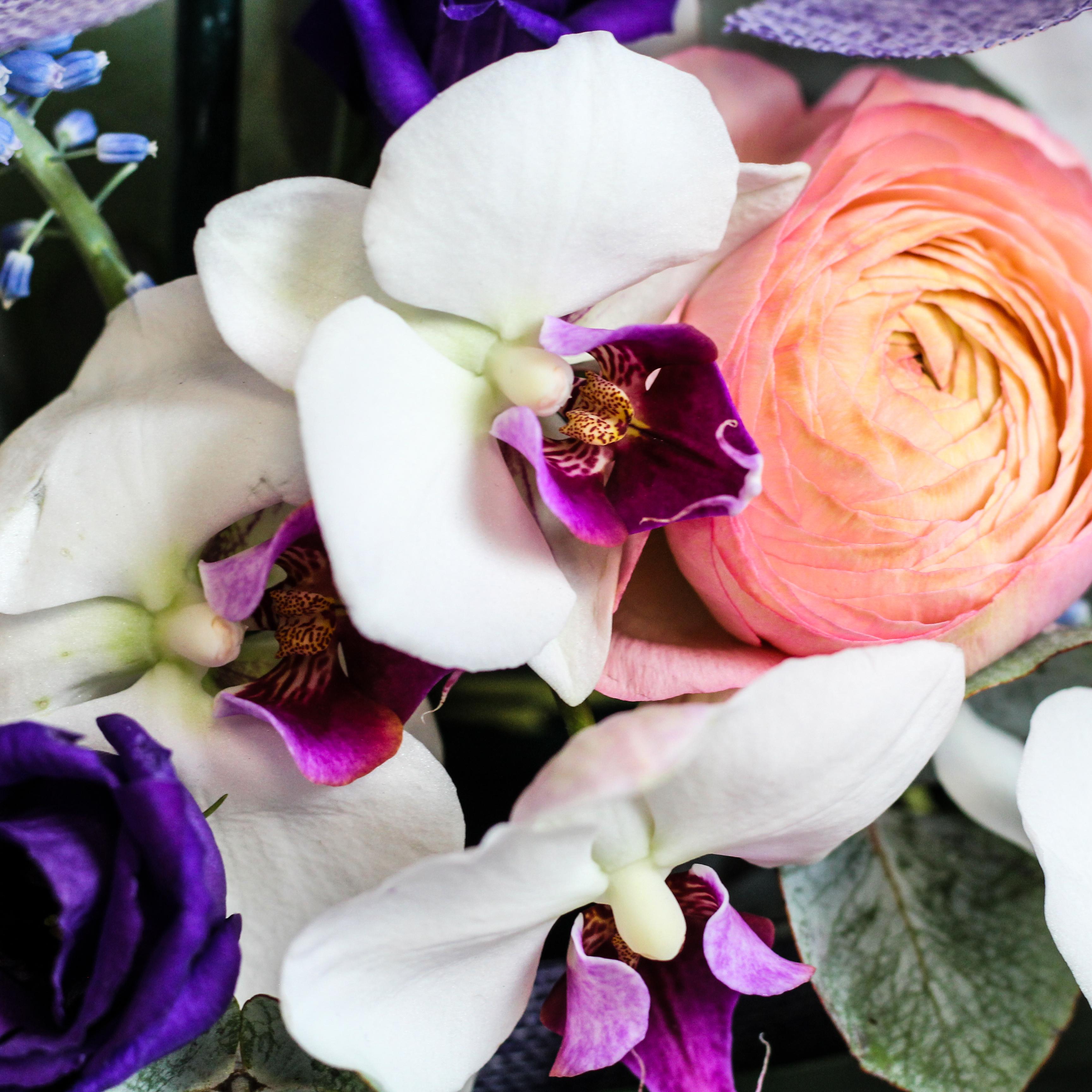 """Композиция """"Корабль"""" с орхидеей, ранункулюсами и эвкалиптом"""