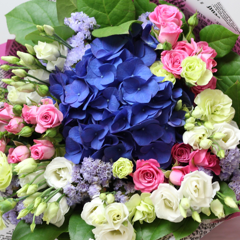 Букет с гортензией, эустомой и кустовыми розами.