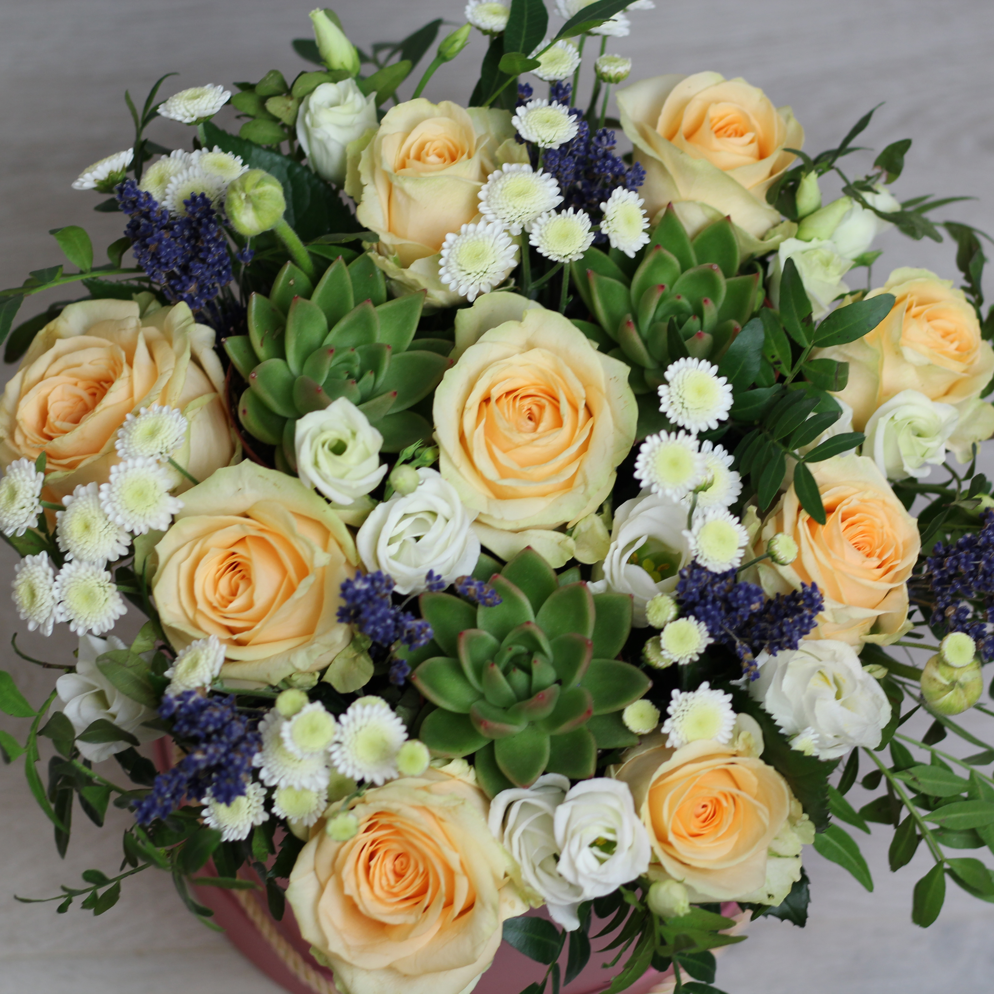 Композиция в коробке из роз,хризантем,  эустомы и лаванды