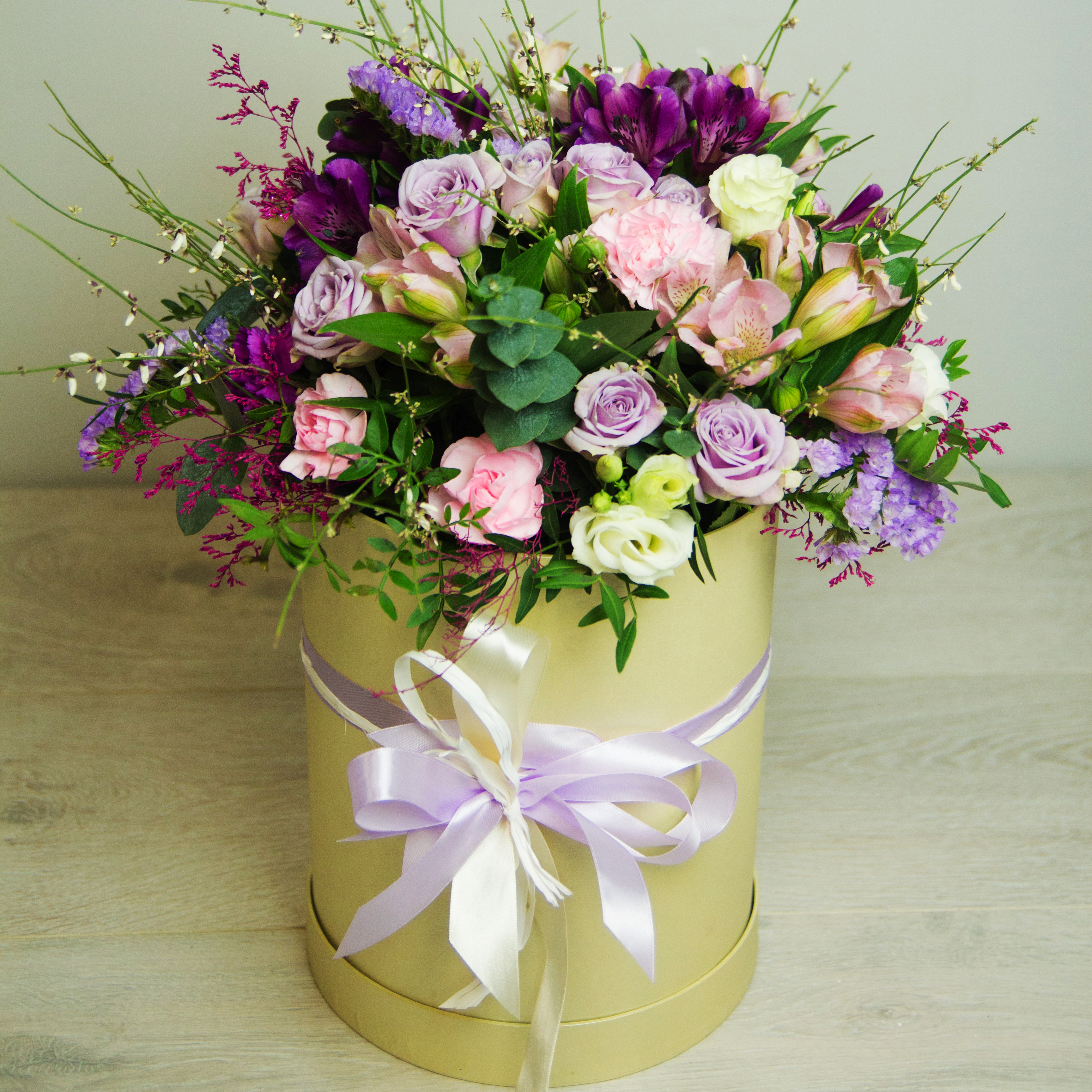 Композиция в коробке из роз и альстромерий с гвоздикой и эустомой