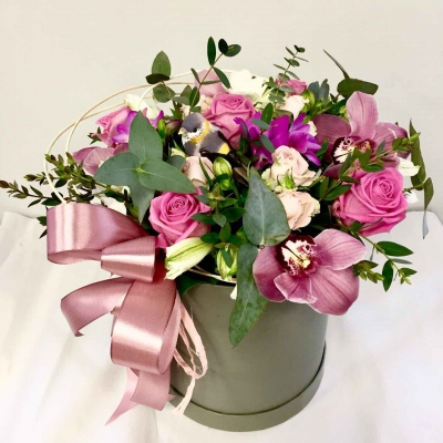 Композиция в коробке из роз и орхидей
