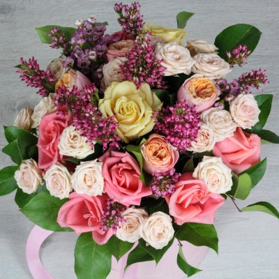 Композиция в коробке из разных сортов роз