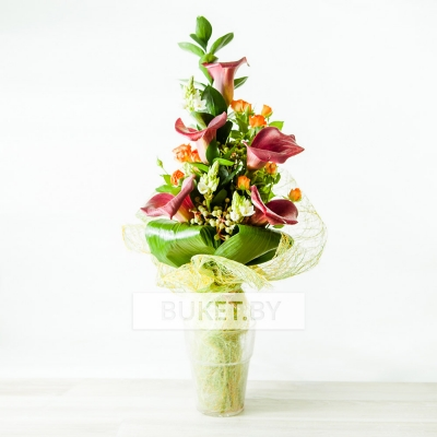 Букет из калл с кустовой розой и орнитогалумом
