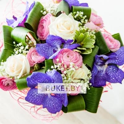 Букет из роз и ранункулюсов с орхидеей Ванда