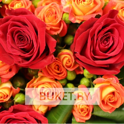 Букет из красных и оранжевых роз