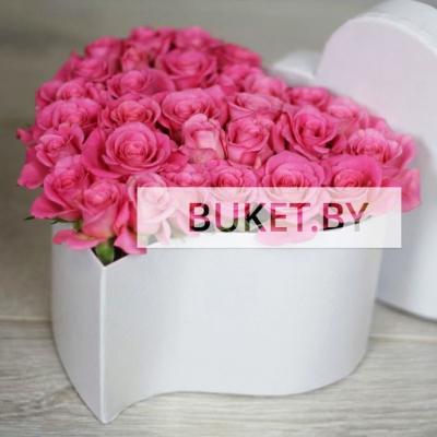 Композиция из кустовых роз в коробке в виде сердца
