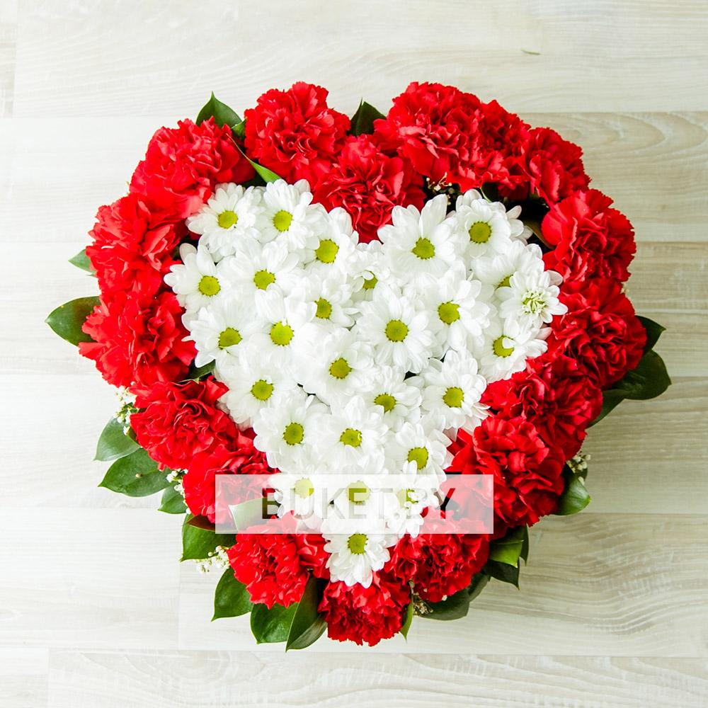 Композиция из гвоздик и хризантем в виде сердца