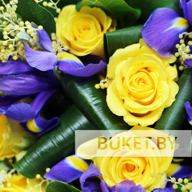 Букет из желтых роз и ирисов с мимозой