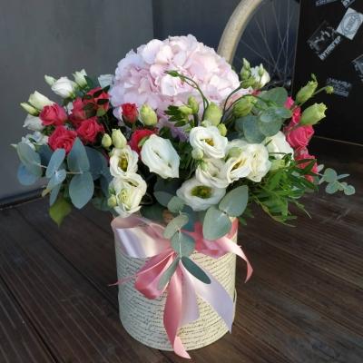 Композиция из гортензии, эустомы, кустовой розы и эвкалипта