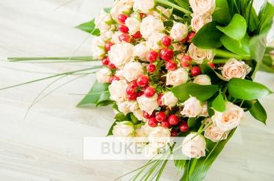Букет из кустовой розы и гиперикума