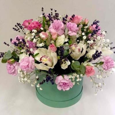 Композиция в коробке из орхидей, кустовой розы и гвоздики