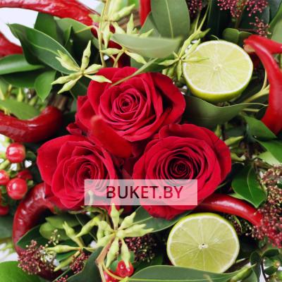 Букет из роз с перцами