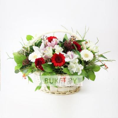 Корзина с орхидеями, розами и герберами