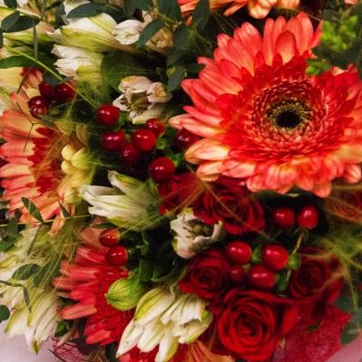 Букет из гербер и альстромений с кустовой розой