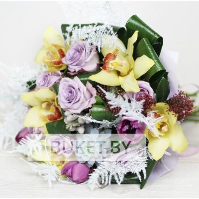 Зимний букет из роз и орхидей с аспарагусом