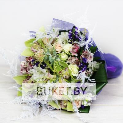 Букет из орхидей, роз и альстромерий с мимозой и статицей